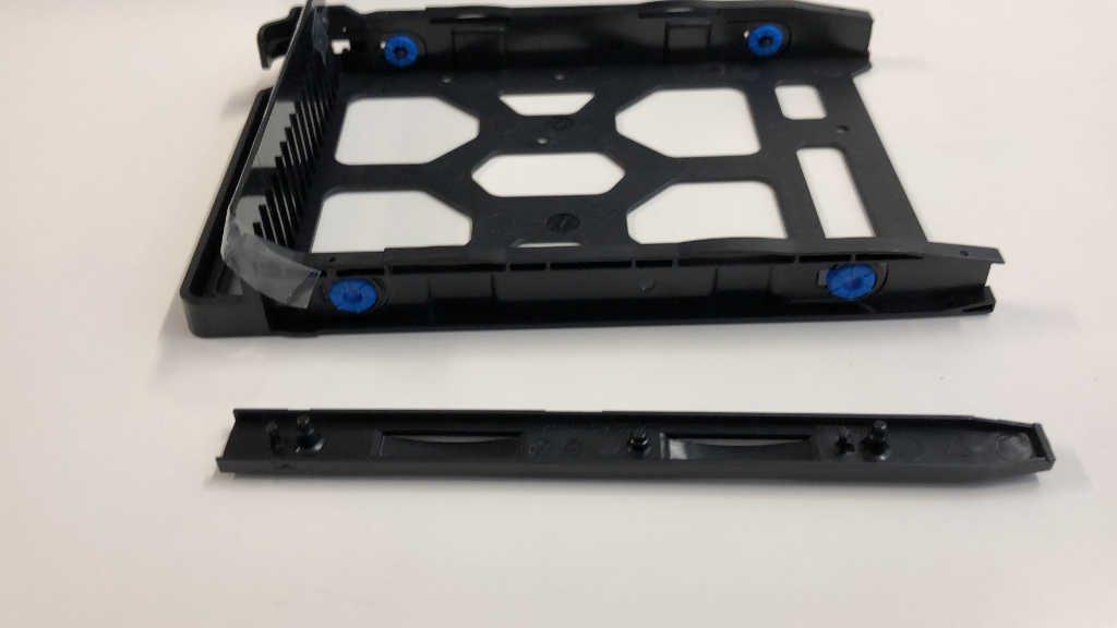 HDDトレイ側面の固定ツールを外した様子